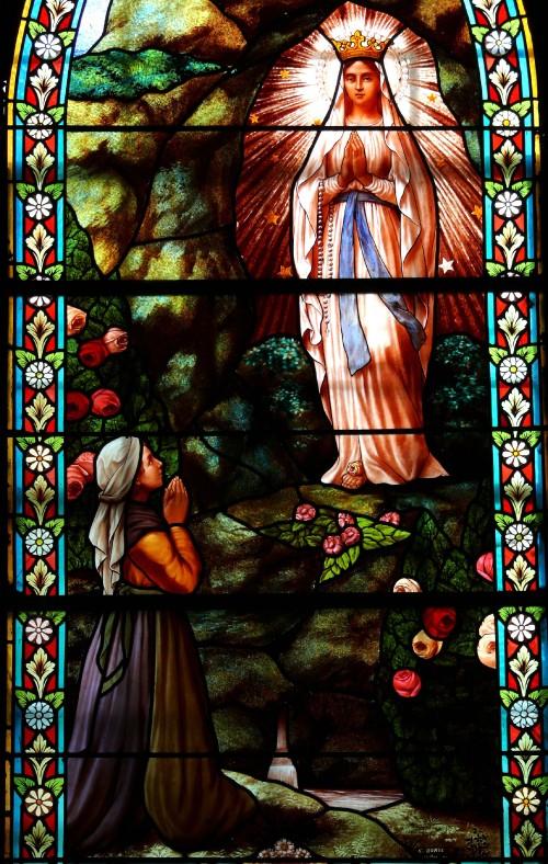 Marols_-_Eglise_Saint-Pierre_-_Vitrail_de_lapparition_de_la_Vierge_a_Bernadette.jpg