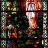 Marols_-_Eglise_Saint-Pierre_-_Vitrail_de_lapparition_de_la_Vierge_a_Bernadette