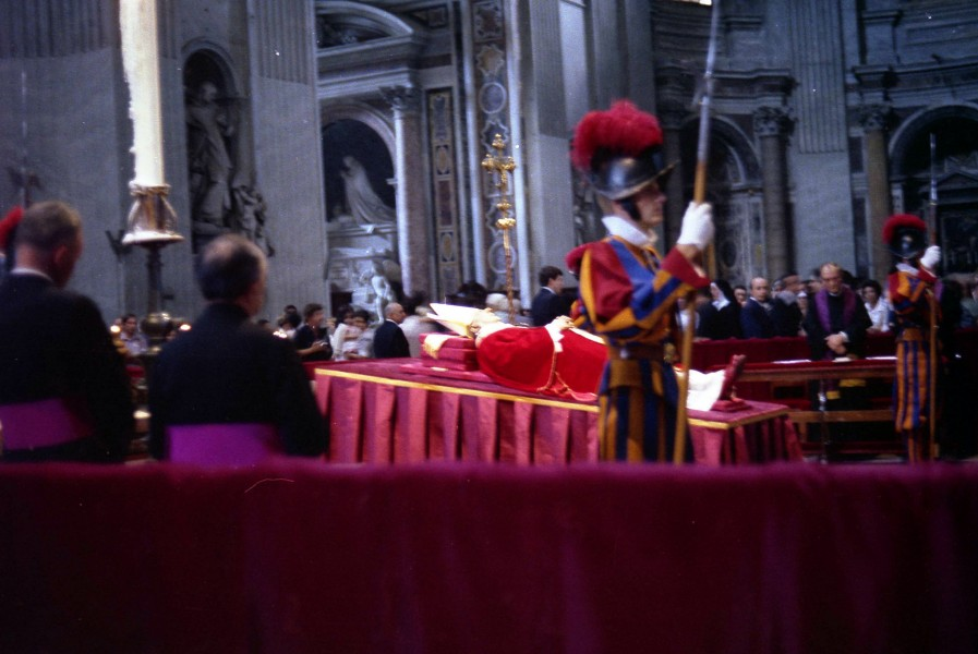 Paulus_VI_body_showing_inside_the_Vatican_1.jpg